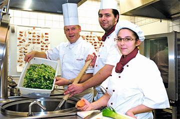 Auszubildende zum/zur Fachpraktiker/in Küche mit einem Ausbilder