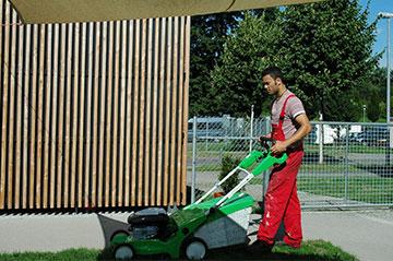 Rasenmähen ist eine der Tätigkeiten in der Ausbildung zum Fachwerker für Gebäude- und Umweltdienstleistungen