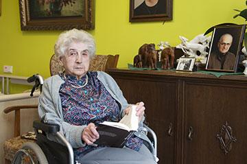 Bewohnerin des Seniorenzentrums in ihrem Zimmer.